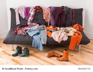 Tagwäsche für Damen und Herren zur Auswahl auf einer Couch